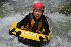 <span>泳げない方でも簡単!!</span>ハイドロスピードさえあれば、利根川のマーメイドになれます!
